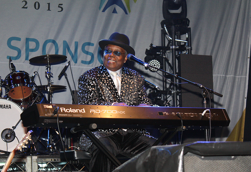 Kenny 'Blues Boss' Wayne gives the keyboard a workout during his BCLC Main Stage performance in Canada Games Plaza Thursday evening. Bill PHILLIPS/Free Press