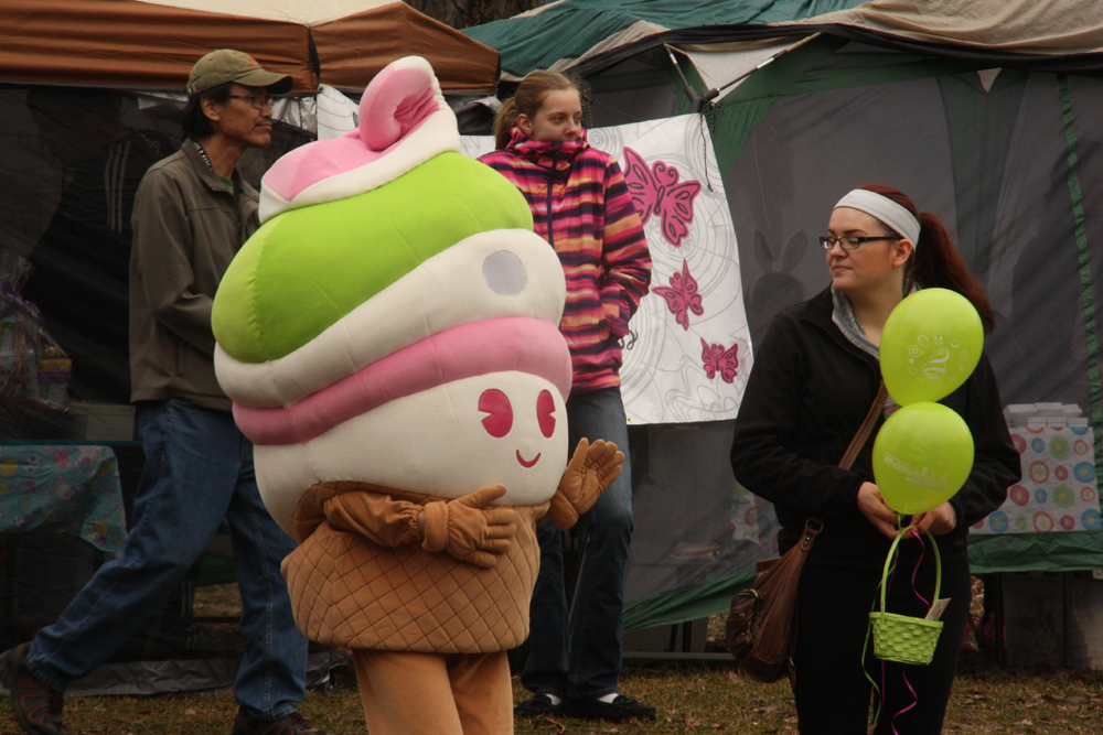 The Menchies frozen yoghurt mascot visits the Easter Egg Hunt event at Fort George Park on Saturday. Teresa MALLAM/Free Press