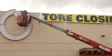 A worker takes down the Target sign on the now-closed store at Pine Centre Mall. Target is closing all of its Canadian stores. Teresa MALLAM/Free Press